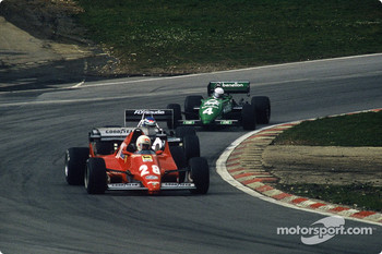 Ren Arnoux, Ferrari 126C2B leads Keke Rosberg and Danny Sullivan