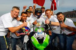 Kenan Sofuoglu, Puccetti Racing Kawasaki, que celebra su título de campeón del mundo de Supersport