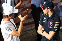Nico Rosberg, Mercedes AMG F1 con Daniil Kvyat, Red Bull Racing