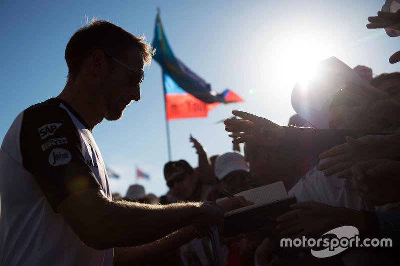 Jenson Button, McLaren firma autógrafos para sus fans