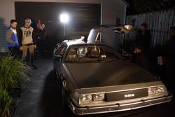 Mark Winterbottom en Chaz Mostert met de DeLorean