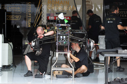 Lotus F1 Team mechanics build up a Lotus F1 E23 in the pits