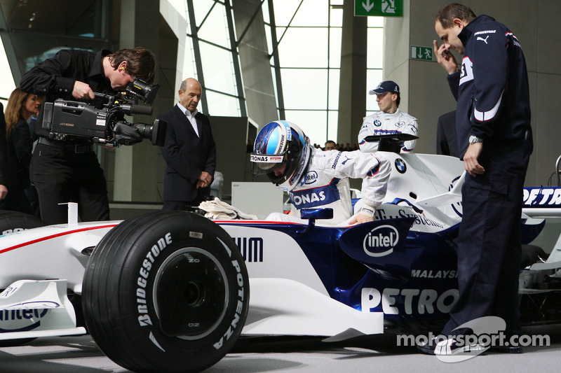 Nick Heidfeld drives the BMW Sauber F1.08 through the BMW Welt first level