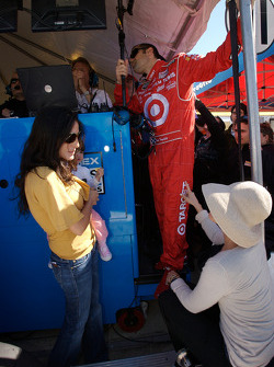 Connie Montoya, Dario Franchitti and wife Ashley Judd ready to celebrate with one lap to go