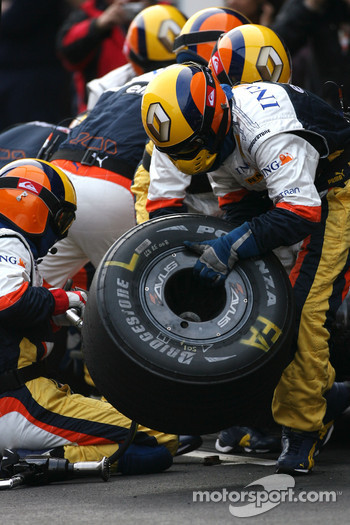 Renault F1 Team mechanics during pitstop