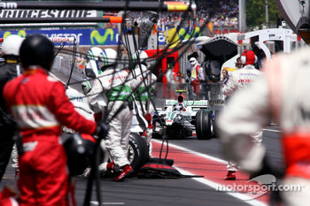 Rubens Barrichello, Honda Racing F1 Team during pitstop