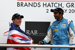 Podium: race winner Narain Karthikeyan with Robbie Kerr