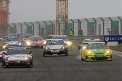 Start: #4 Hankook / H&R Spezialfedern Porsche 911: Jürgen Alzen, Christian Menzel, Markus Gedlich, Christian Abt and #1 Manthey Racing Porsche 911 GT3 RSR: Timo Bernhard, Marc Lieb, Romain Dumas, Marcel Tiemann battle for the lead