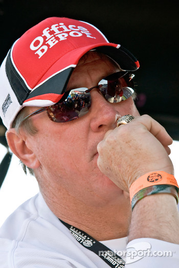 Former NFL Buffalo Bill's Quarterback, Jim Kelly, watches the race