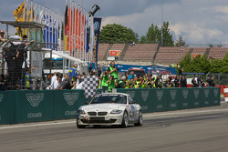 #210 Schirra Motoring BMW Z4: Peter Nico Enders, Markus Oestreich, Henry Walkenhorst, Peter Enders takes the checkered flag