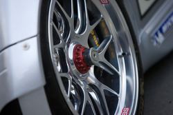 #80 Flying Lizard Motorsports Porsche 911 GT3 RSR wheel detail
