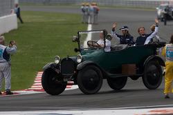 Drivers parade: Kazuki Nakajima, Williams F1 Team, Nico Rosberg, WilliamsF1 Team
