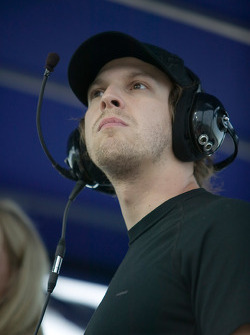 Gavin DeGraw watches The LifeLock.com 400 in Kurt Busch's pit box