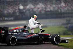 费尔南多·阿隆索,迈凯伦MP4-30在二练期间因故障停在了赛道上