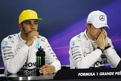(从左到右):刘易斯·汉密尔顿,梅赛德斯车队;尼科·罗斯伯格,梅赛德斯车队,排位赛后新闻发布会
