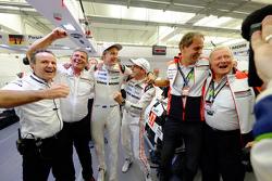 庆祝:LMP1组车手冠军布兰登·哈特利、蒂莫·伯恩哈德,保时捷车队