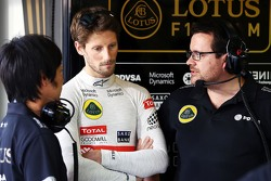 Ayao Komatsu, Lotus F1 Team Race Engineer with Romain Grosjean, Lotus F1 Team and Julien Simon-Chautemps, Lotus F1 Team Race Engineer