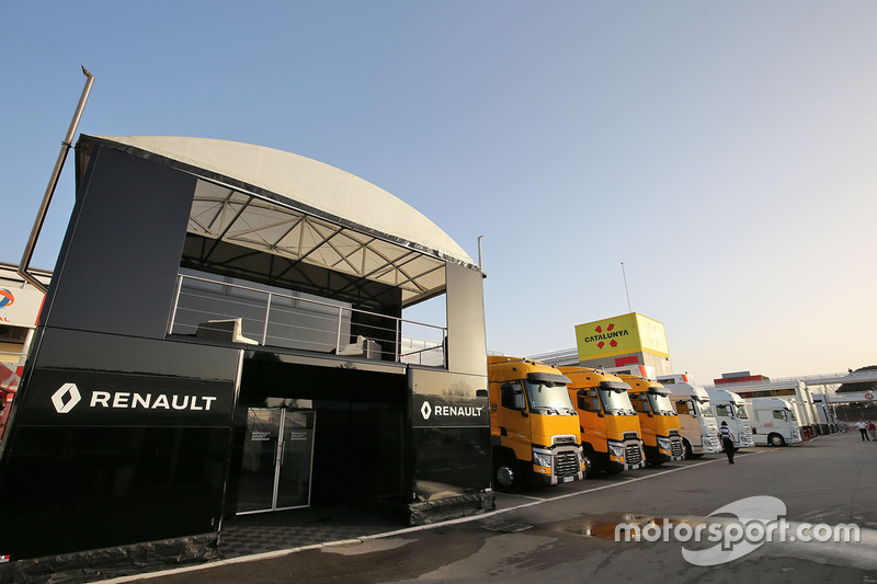 les camions renault sport f1 team dans le paddock essais de f vrier barcelone photos. Black Bedroom Furniture Sets. Home Design Ideas