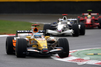 Fernando Alonso, Renault F1 Team, R28 leads Nick Heidfeld, BMW Sauber F1 Team, F1.08