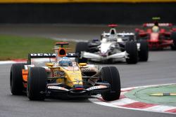 Fernando Alonso, Renault F1 Team, R28 leads Nick Heidfeld, BMW Sauber F1 Team, F1.08