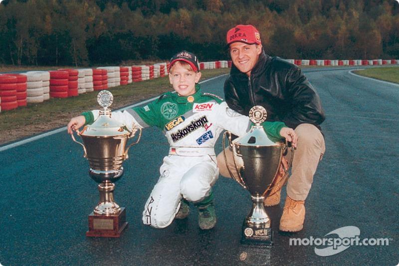 Jonge karter Sebastian Vettel poseert met zijn held Michael Schumacher