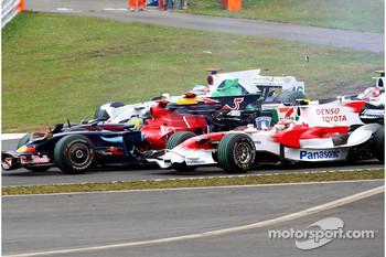 Sébastien Bourdais, Scuderia Toro Rosso and Timo Glock, Toyota F1 Team at the start first corner