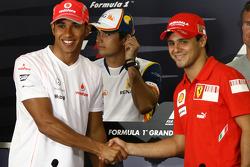 FIA press conference: Lewis Hamilton, McLaren Mercedes and Felipe Massa, Scuderia Ferrari, shake hands