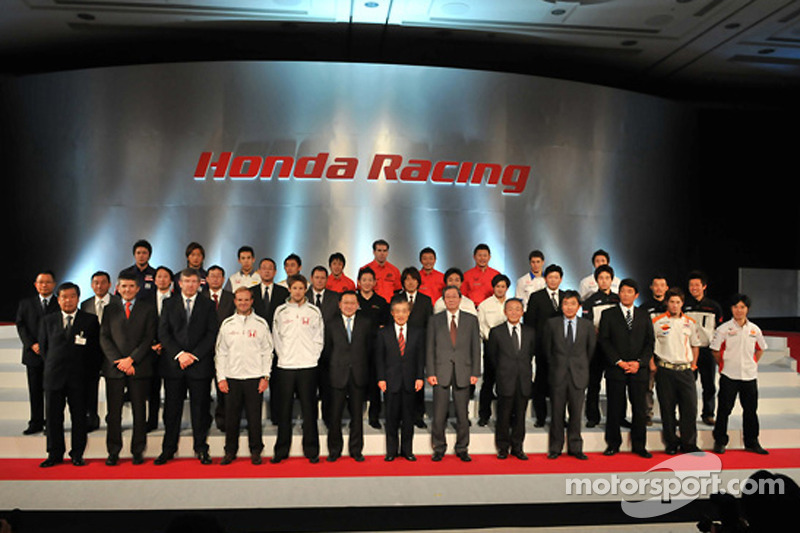 Honda President and CEO Takeo Fukui poses with Jenson Button, Rubens Barrichello, Ross Brawn, Nick Fry, Honda Racing F1 team members and Honda Racing personel