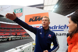 Chris Hoy describes the track to a RoC Official