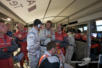Heavy discussions in the Audi pit area as Dr. Wolfgang Ullrich and Ralf Juttner have to decide on the late race strategy