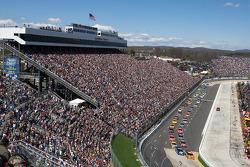 Start: Jeff Gordon, Hendrick Motorsports Chevrolet, Kurt Busch, Penske Racing Dodge lead the field
