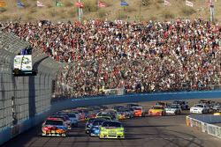 Start: Mark Martin, Hendrick Motorsports Chevrolet and Kyle Busch, Joe Gibbs Racing Toyota lead the field