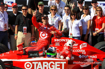 Victory lane: race winner Dario Franchitti, Target Chip Ganassi Racing celebrates