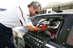 Beat Zehnder BMW Sauber F1 Team Manager with Jean Alesi HPR on the grid