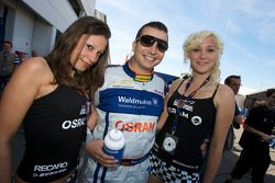 Marc Henerici poses with two loveky girls