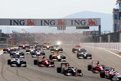 Mark Webber, Red Bull Racing leads Kimi Raikkonen, Scuderia Ferrari