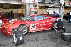 Pit stop for #77 BMS Scuderia Italia Ferrari F430: Matteo Malucelli, Paolo Ruberti, Kenneth Heyer, Diego Romanini
