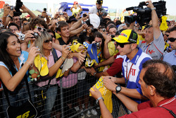 Valentino Rossi, Fiat Yamaha Team signs autographs