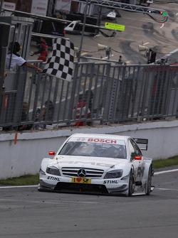 Paul di Resta, Team HWA AMG Mercedes AMG Mercedes C-Klasse takes the checkered flag