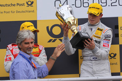 Damon Hill presents Paul di Resta with winners trophy