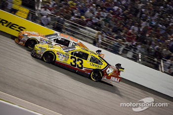 Joey Logano, Joe Gibbs Racing Toyota, Clint Bowyer, Richard Childress Racing Chevrolet