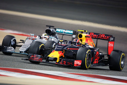 Daniil Kvyat, Red Bull Racing RB12 and Lewis Hamilton, Mercedes AMG F1 W07 Hybrid battle for position