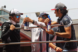 Fernando Alonso, McLaren, Felipe Massa, Williams and Carlos Sainz Jr., Scuderia Toro Rosso on the drivers parade