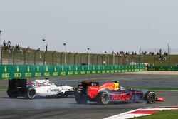 Daniil Kvyat, Red Bull Racing RB12 and Felipe Massa, Williams FW38  battle for position