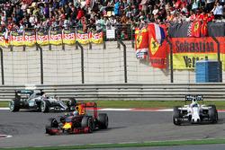 Daniel Ricciardo, Red Bull Racing RB12 and Felipe Massa, Williams FW38