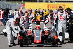 Esteban Gutierrez, Haas F1 Team VF-16 on the grid