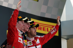 Подіум: друге місце, Кімі Райкконен,  Ferrari, переможець Макс Ферстаппен, Red Bull Racing та, третє місце, Себастьян Феттель, Ferrari