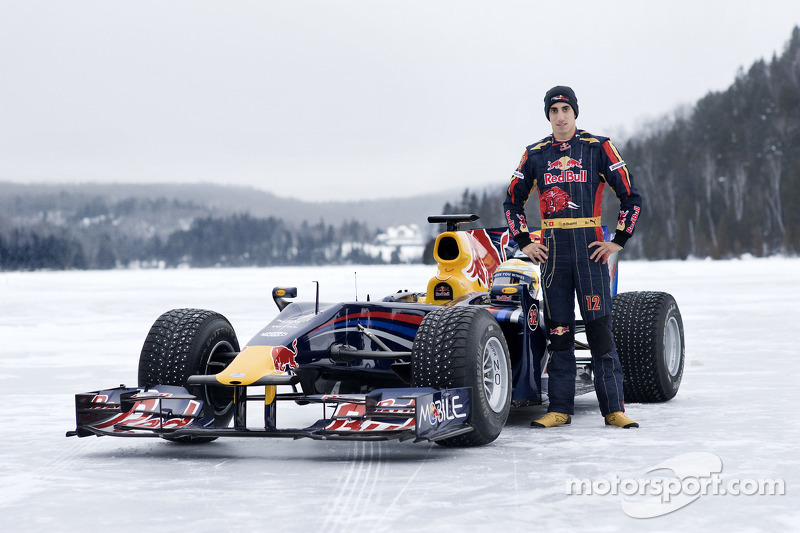 Sebastien Buemi im Formel-1-Auto von Red Bull Racing im Schnee am Circuit Gilles-Villeneuve in Montreal, Kanada