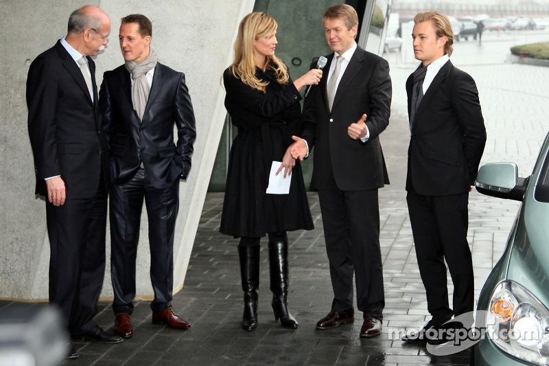 Michael Schumacher mit Dr. Dieter Zetsche, Nico Rosberg schaut zu