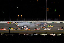 Greg Biffle, Roush Fenway Racing Ford starts the last lap crash